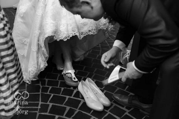Hochzeitfotograf Butzbach: vor dem Hochzeitstanz noch schnell die Schuhe wechseln