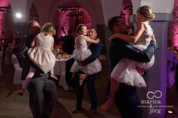 Partystimmung bei den Kids auf einer Hochzeit im Schloss Butzbach - Marina & Jörg, Hochzeitsfotografen für Butzbach