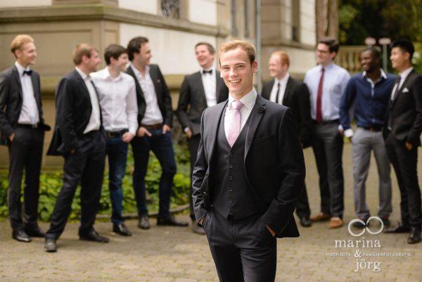 Marina und Joerg, Hochzeitsfotografen Giessen: Hochzeitsfoto des Braeutigams mit seinen Best Men