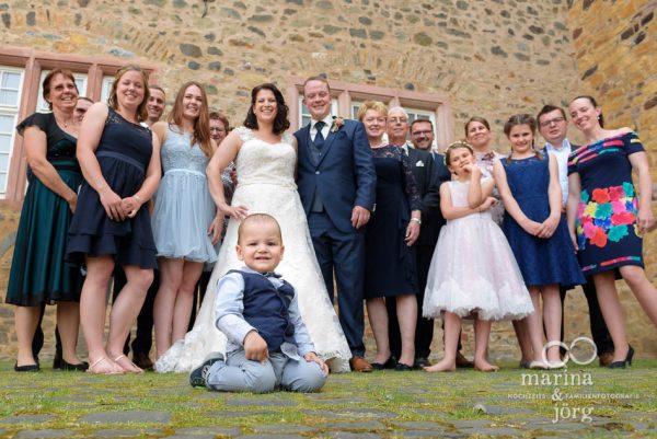 Gruppenfoto bei einer Hochzeitfeier im Schloss Butzbach - Marina & Jörg Hochzeitsfotografen für Hessen