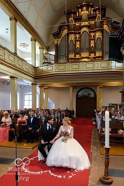 Marina und Jörg, Hochzeitsfotografen aus Hessen: Brautpaar beim Traugottesdienst in der Stadtkirche Laubach