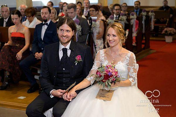 Hochzeitsreportage in Laubach: Brautpaar in der Stadtkirche Laubach