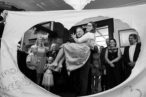 Hochzeitsfotograf Gießen: Herz-Ausschneiden auf der Burg Staufenberg bei Gießen