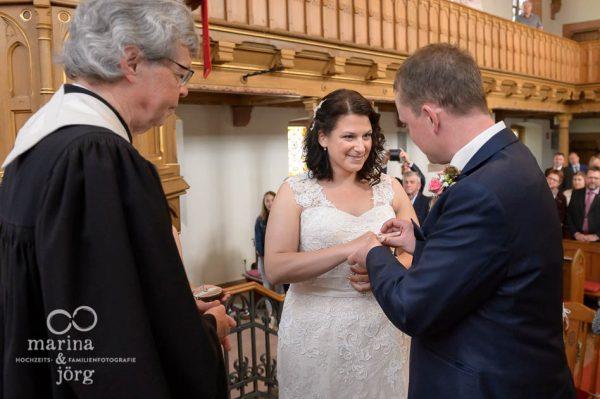 Hochzeitsfotos in Gießen: Ringtausch in der Kirche Annerod