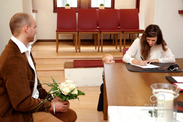 Hochzeit in Marburg: Unterschrift im Standesamt