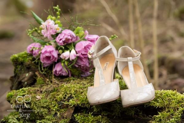 Marina & Jörg, Hochzeitsfotografen Gießen: Brautschuhe und Brautstrauß