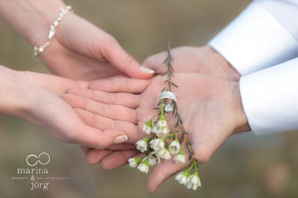 Marina & Jörg, Hochzeitsfotografen Gießen: besondere Eheringe, die zusammengefügt ein Bergmotiv zeigen