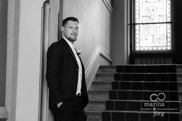 Hochzeitsfotografen Gießen: Portrait des Bräutigams in der Villa Leutert in Gießen