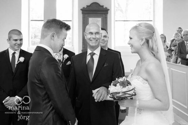 Hochzeit in der Kirche Wittelsberg: Brautvater uebergibt Braut