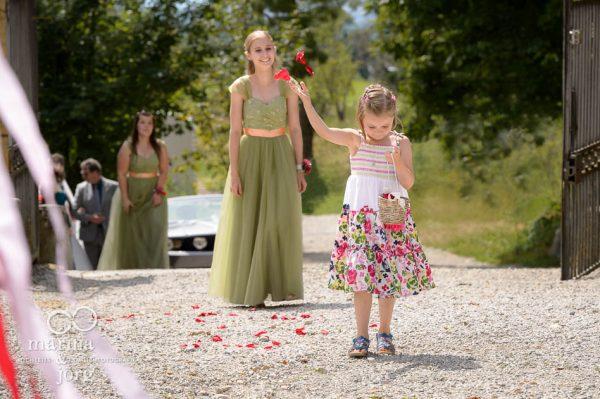 Blumenkind bei einer freien Trauung im Schloss Münchenwiler bei Bern - Hochzeitsfotografen aus Gießen
