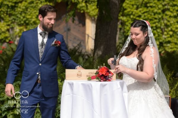 Hochzeitsreportage auf Schloss Münchenwiler bei Bern: freie Trauung im Schlosshof - Hochzeitsfotografen Gießen