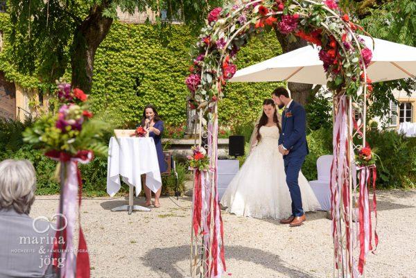 Hochzeitsfotograf Gießen: freie Trauung (Schloss Münchenwiler bei Bern)