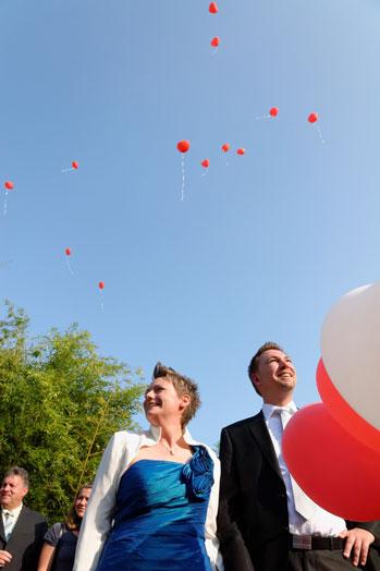 Hochzeitsfotos: Luftballons steigen in den Himmel