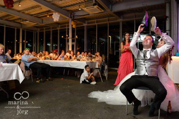 Fotografen-Paar Marina und Joerg aus Giessen: Spiele bei der Hochzeitsfeier (ganztaegige Hochzeitsreportage bei Bern)