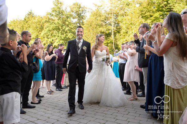 Hochzeitsfotograf Giessen: Ankunft des Brautpaares in der amboz Werk- und Eventhalle in der Naehe von Bern