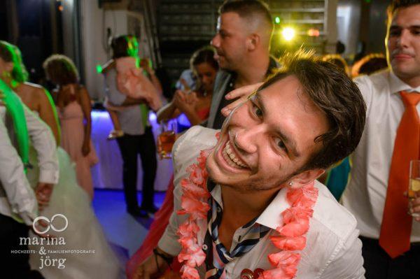 Hochzeitsfotografen-Paar Marina und Joerg aus Giessen: ausgelassene Stimmung bei einer Hochzeitsparty in der amboz Werk- und Eventhalle Saeriswil bei Bern