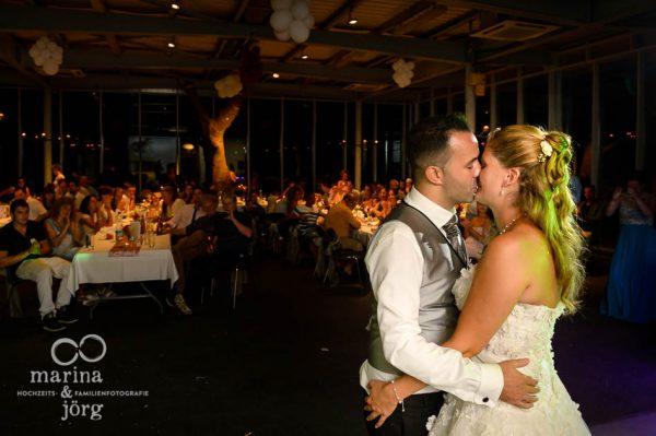 Fotografen-Paar Marina und Joerg aus Giessen: emotionale Hochzeitsbilder beim Hochzeitstanz (Hochzeitsreportage im amboz Werk- und Eventhalle Saeriswil)