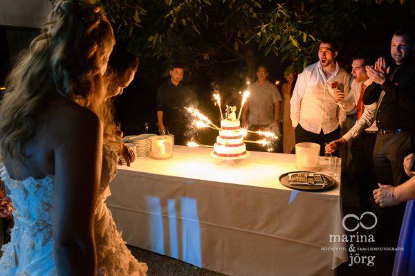 Marina und Joerg, Hochzeitsfotograf Giessen: Anschneiden der Hochzeitstorte (Hochzeitsfeier in der amboz Werk- und Eventhalle Saeriswil)