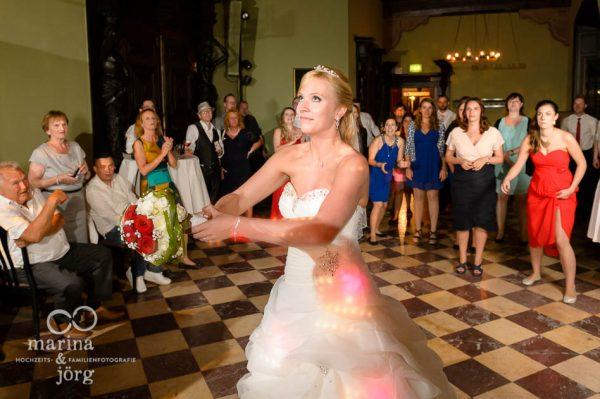 Hochzeitsfotos im Reportagestil: Brautstrauss-Werfen