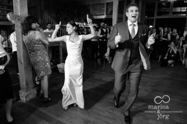 Marina und Joerg, ganztaegige Hochzeitsreportage bei Marburg: Partystimmung am Abend in der Eventscheune Dagobertshausen