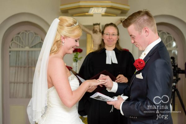 Marina und Joerg, Fotografen Giessen: Hochzeitsfotos beim Ringtausch