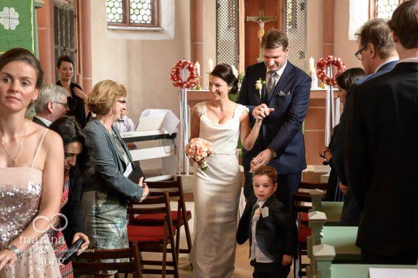 Hochzeitsfotos in Marburg: Auszug aus der Marien-Kirche in Wehrshausen