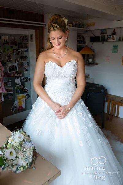 Marina und Joerg, Hochzeitsfotografen Marburg: Portrait der Braut am Morgen (Hochzeitsreportage bei Bern, Schweiz)