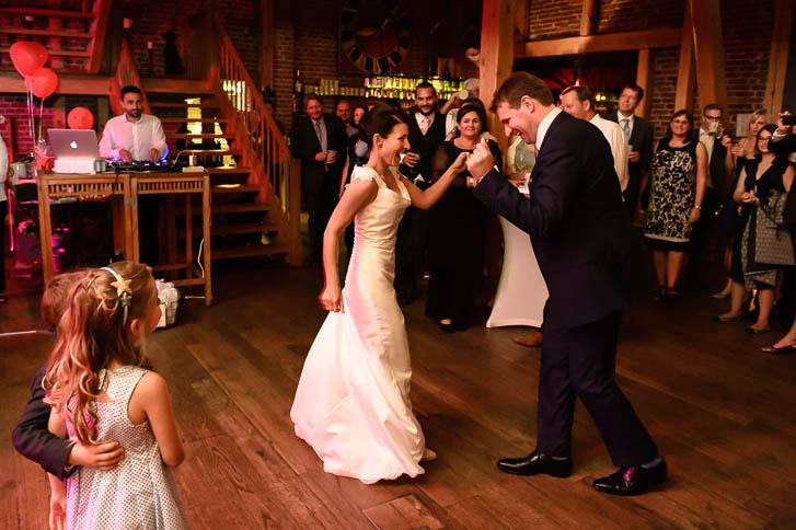Marina und Joerg, Hochzeitsreportage in der Eventscheune Dagobertshausen bei Marburg: Hochzeitsfotos beim Hochzeitstanz