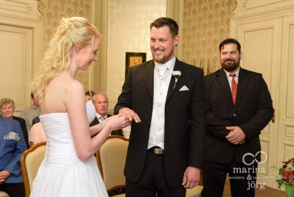 Hochzeitsfotograf Gießen - Ringtausch bei einer standesamtlichen Trauung in der Villa Leutert