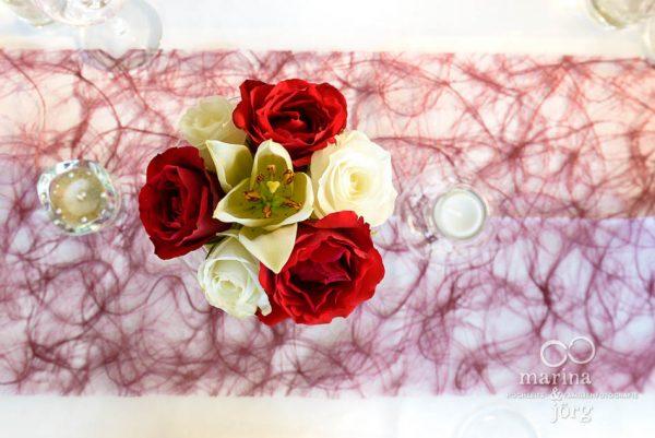 Marina und Joerg, Hochzeitsfotograf Giessen: Tischdeko bei einer Hochzeit in der amboz Werk- und Eventhalle in der Naehe von Bern