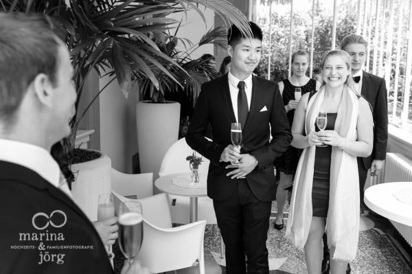 Marina und Joerg, Hochzeitsfotografen Giessen: Sektempfang im Standeamt Giessen