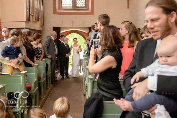 Marina und Joerg, Hochzeitsfotografen aus Giessen: Einzug der Braut - Kirche Wehrshausen bei Marburg