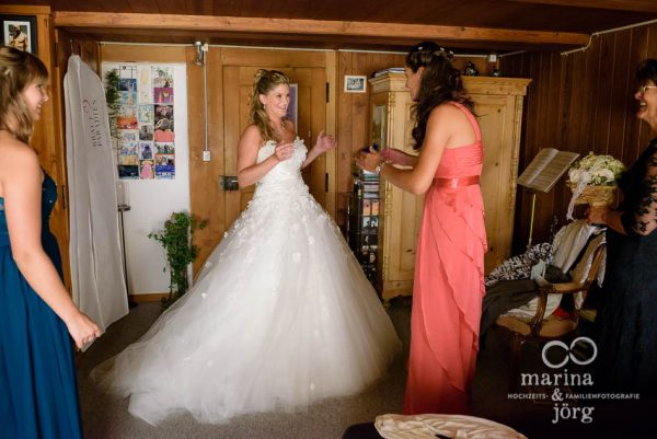 Marina und Joerg, Fotografen-Paar aus Giessen: Getting-Ready bei einer Hochzeitsreportage in der Naehe von Bern, Schweiz