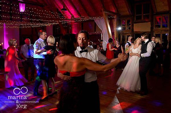 Einzigartige Momente und Emotionen einer Hochzeitsparty (ganztägige Hochzeitsreportage in der Eventscheune im Landhotel Waldhaus in Laubach) - Hochzeitsfotografen Marina und Jörg aus Gießen