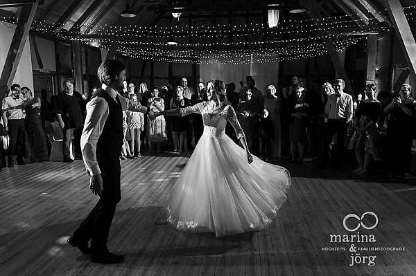 Spektakulärer Hochzeitstanz im Landhotel Waldhaus in Laubach (Eventscheune Blauer Löwe), einer fantastischen Location für Hochzeiten in Hessen - Marina & Jörg, emotionale Hochzeitsfotografie im Raum Gießen