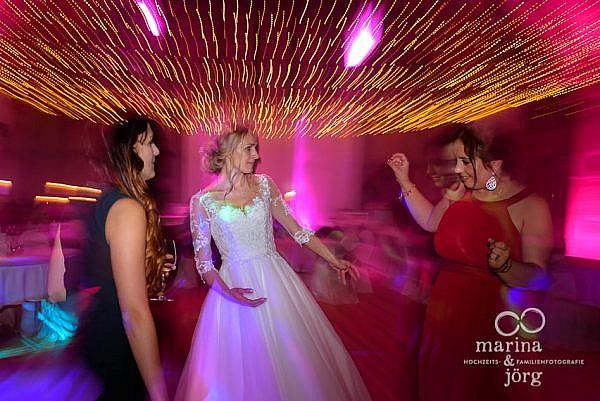 Als Hochzeitsfotograf in Laubach unterwegs: Hochzeitsparty in der Eventscheune des Landhotels Waldhaus