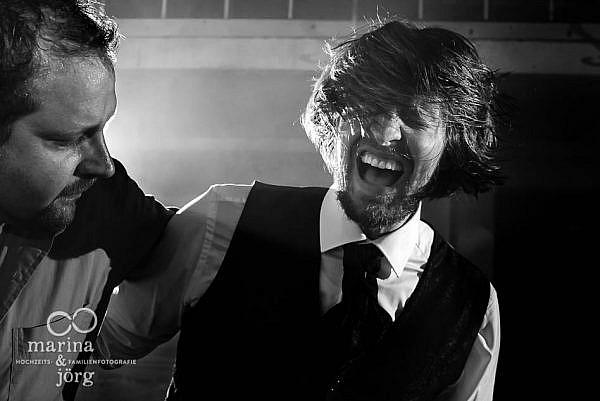 Hochzeitsreportage in Laubach: geniale Stimmung bei einer Hochzeitsparty in der Eventscheune des Landhotels Waldhaus - mit den besten Fotografen für eure Hochzeit in Hessen