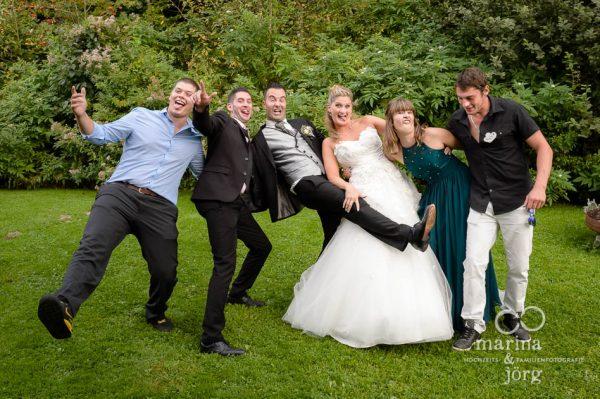 Hochzeitsfotograf Giessen: lustige Gruppenfotos (Hochzeitsreportage bei Bern)
