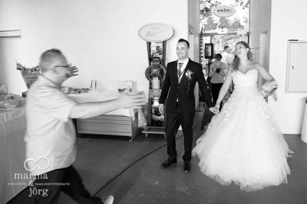 Hochzeitsfotograf Marburg: Ankunft des Brautpaares in der amboz Werk- und Eventhalle in der Naehe von Bern