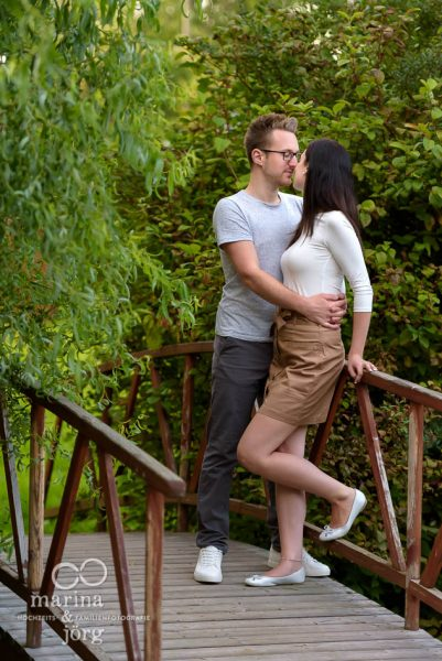Marina & Jörg, Hochzeitsfotografen-Paar aus Gladenbach: romantisches Paarfoto entstanden bei einem entspannten Paar-Fotoshooting in der Dammühle bei Marburg