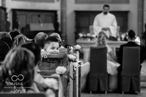 Marina und Joerg, Hochzeitsfotograf Giessen: schoener Moment, eingefangen bei einer modernen Hochzeitsreportage in der Kirche Ligerz am Bielersee