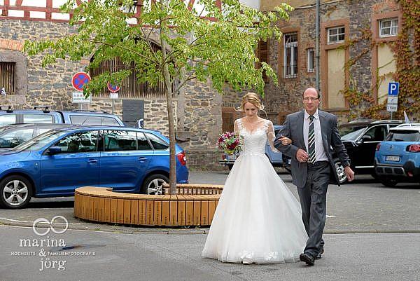 Marina und Jörg, Hochzeitsfotografen für Gießen und Umgebung: Vater führt seine Tochter zum Altar - Hochzeitsreportage in der Stadtkirche Laubach