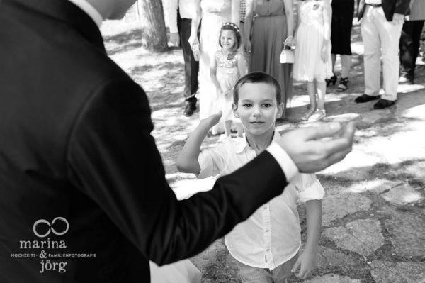 Hochzeitsfotograf Wetzlar: Gratulation nach der Trauung (Hochzeitsreportage in Ligerz am Bieler See in der Naehe von Bern, Schweiz)