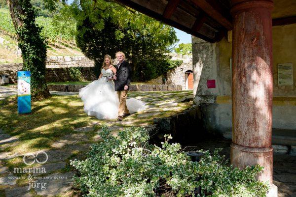 Marina und Joerg, Hochzeitsfotografen Wetzlar: Braut und Brautvater auf dem Weg in die Kirche Ligerz am Bielersee