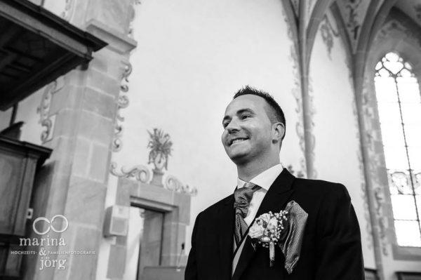 Marina und Joerg, Hochzeitsfotografen-Paar aus Giessen: Foto des Braeutigams bei einer Trauung in der Kirche Ligerz am Bielersee