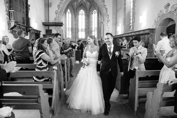 Marina und Joerg, Hochzeitsfotografen-Paar Giessen: Hochzeitsfotos beim Auszug aus der Kirche