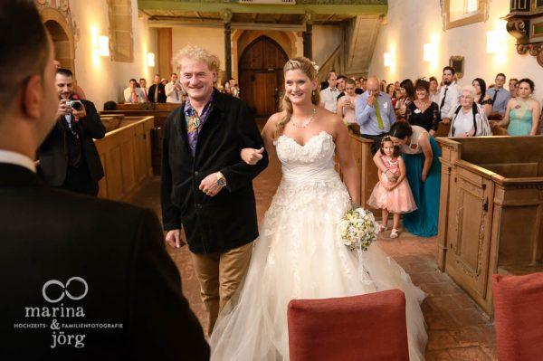 Marina und Joerg, Hochzeitsfotografen-Paar aus Giessen: ganztaegige Hochzeitsreportage - Uebergabe der Braut in der Kirche Ligerz am Bielersee bei Bern