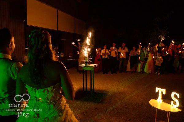 Fotografen-Paar Marina und Joerg aus Giessen: romantische Hochzeitsfotos bei der Feier am Abend (Hochzeitsreportage in der amboz Werk- und Eventhalle Saeriswil)