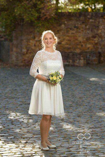 Marina & Jörg, moderne Hochzeitsbilder in Rockenberg bei Gießen: Hochzeitsfoto der Braut