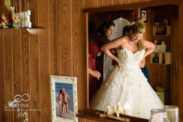 Hochzeitsfotograf Giessen: Braut beim Ankleiden